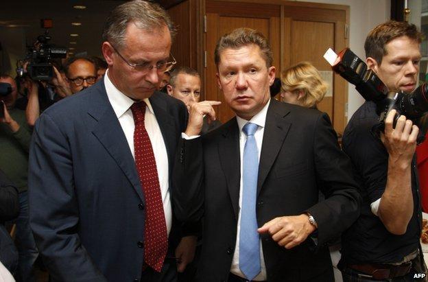 Αλεξέι Μίλερ (C) και ο Ρώσος υπουργός Ενέργειας Αλεξάντερ Νόβακ (L), αφήνοντας τις συνομιλίες στο Βερολίνο