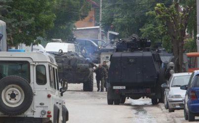 Συγκρούσεις αστυνομίας και ατάκτων σε αστικό περιβάλλον στο Κουμάνοβο