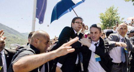 Σερβία: Επίθεση με πέτρες δέχθηκε στη Σρεμπρένιτσα ο πρωθυπουργός της Σερβίας Αλ. Βούτσιτς