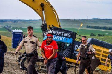 Οι Ινδιάνοι νίκησαν τους μεγιστάνες του πετρελαίου. Δεν περνάει Dakota Pipeline από τη γη τους
