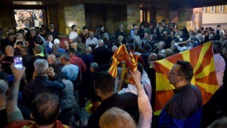 Κλιμάκωση της πολιτικής κρίσης στην ΠΓΔΜ – Οπαδοί του Γκρουέφσκι ξυλοκόπησαν τον αρχηγό της Αλβανικής αντιπολίτευσης στην Βουλή