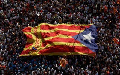Υποστηρικτές του δημοψηφίσματος καταλαμβάνουν εκλογικά κέντρα στην Καταλωνία