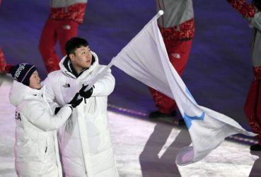 Οι αθλητές της Βόρειας και της Νότιας Κορέας παρελαύνουν υπό μία σημαία