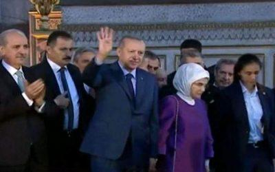 Πρόκληση Ερντογάν προς τον Χριστιανισμό –  Χαιρέτησε μουσουλμανικά μέσα στην Αγία Σοφία(video)