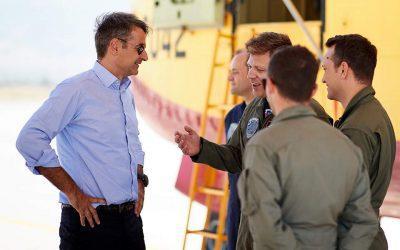 Επίσκεψη Μητσοτάκη στη βάση των Canadair