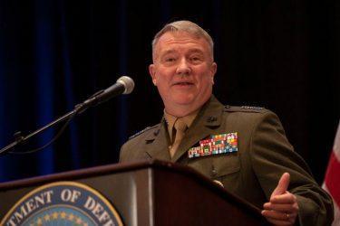 Ο στρατηγός Κένεθ Μακένζι επικεφαλής των επιχειρήσεων του Πενταγώνου στη Μέση Ανατολή