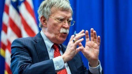 Στο Λονδίνο ο Μπόλτον – Θα ζητήσει σκληρότερη στάση απέναντι στο Ιράν και την Κίνα