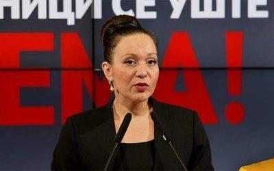 Σκόπια: Δεν κατεβάζει την πινακίδα η υπουργός – «Ετσι την βρήκα και δεν σκοπεύω να την αλλάξω»