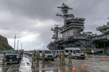 Μεταφέρουν τους ναύτες με κρούσματα Covid-19 από το USS Theodore Roosevelt