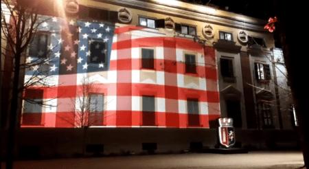 Αλβανία: Με τη σημαία των ΗΠΑ φωταγωγήθηκε το Δημαρχείο των Τιράνων