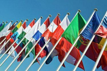 Εννέα πρεσβευτές ξένων χωρών  μένουν σπίτι και διαβάζουν ελληνική λογοτεχνία