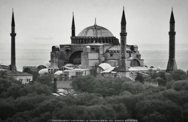 Le Figaro: Η κοσμική χώρα του Κεμάλ Ατατούρκ που μετέτρεψε το τζαμί σε μουσείο το 1934, πέρασε