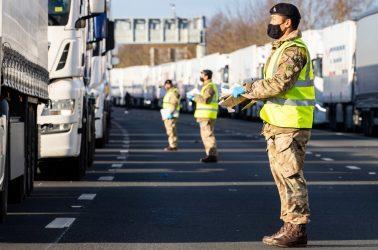 800 αναπτύσσονται Βρετανοί στρατιώτες στο λιμάνι του Ντόβερ