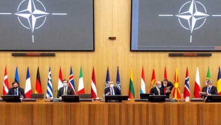 Την ανησυχία τους για τη συσσώρευση ρωσικών δυνάμεων στα σύνορα της Ουκρανίας εξέφρασαν Στόλτενμπεργκ-Όστιν