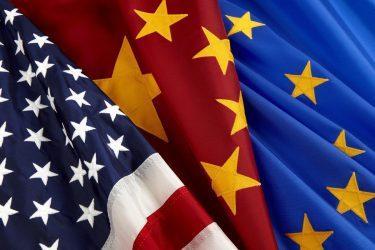Τέλος στους εμπορικούς δασμούς βάζουν Βρυξέλλες-Ουάσινγκτον με στόχο την Κίνα